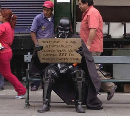 """""""Ajude-me, sou um veterano das Guerras Clônicas paraplégico. Preciso de $$$ para construir a estrela da morte."""" Pelo menos esse aí pode usar um mind trick para forçar os leitores a comentarem..."""